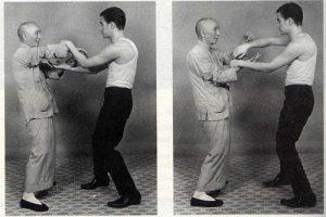 Bruce Lee (rechts) im Chi Sao-Training mit seinem Lehrer Yip Man in Hongkong.